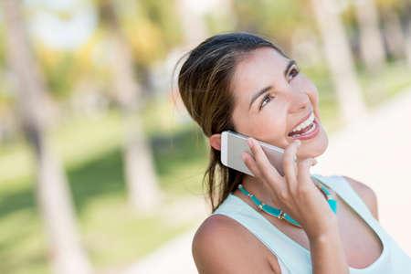 persona llamando: Mujer que habla en el teléfono que parece muy feliz