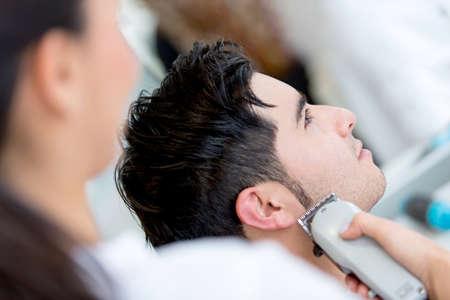 парикмахер: Человек в парикмахерской сделать стрижку Фото со стока