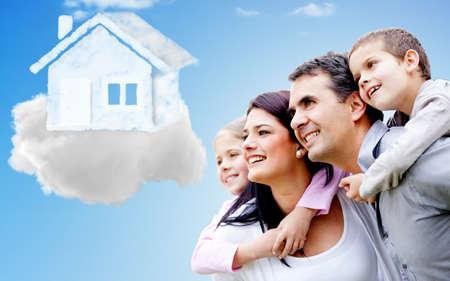 droomhuis: Mooie en gelukkige familie denken van hun droomhuis
