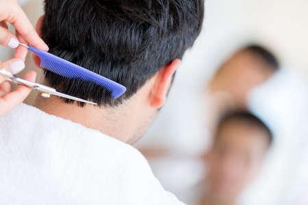 cabello corto: El hombre en la peluquer�a obtener un corte de pelo