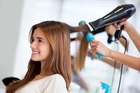 estilista: Retrato de una mujer feliz en la peluquer�a Foto de archivo