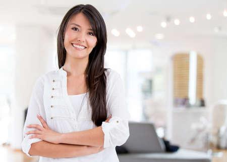estilista: Mujer acertada poseer un sal�n de belleza y mirando muy feliz