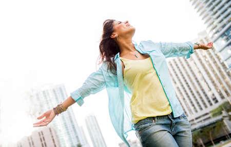 windy city: Mujer urbana hermosa disfrutando de su libertad con los brazos abiertos Foto de archivo
