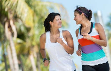 ジョグ: 屋外夏に向けて準備をして実行しているスポーツの女性