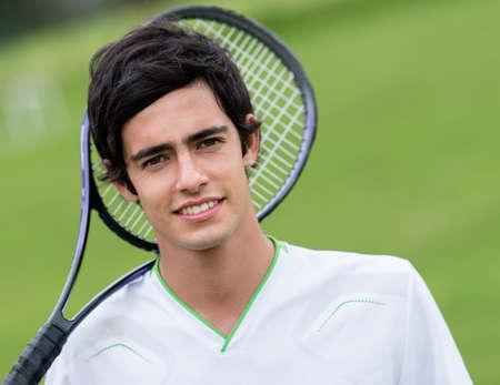 jugando tenis: Hombre jugador de tenis con raqueta en la corte