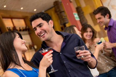jovenes tomando alcohol: Pareja en una fecha en el bar tomando bebidas