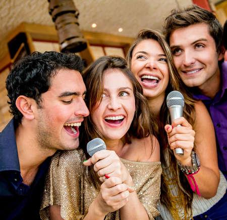 歌: 友人のバーでのカラオケのグループ 写真素材