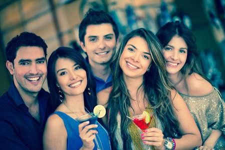 going out: Gruppo di amici di andare fuori ad un bar e avendo bevande