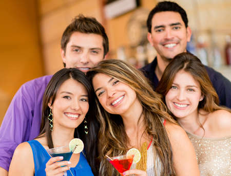 grupo de hombres: Grupo de amigos tomando unas copas en el bar Foto de archivo
