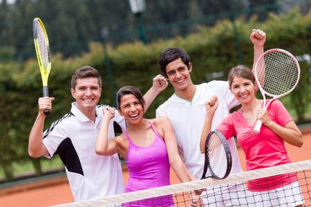 tennis: Excit� groupe de joueurs de tennis avec les bras