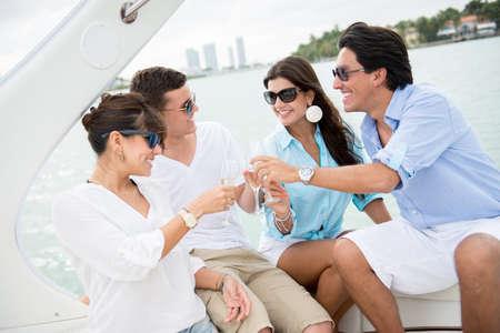 yachts: Felice gruppo di persone su una barca fare un brindisi Archivio Fotografico