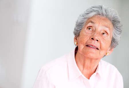 femme regarde en haut: Portrait d'une femme a�n�e r�fl�chie regardant