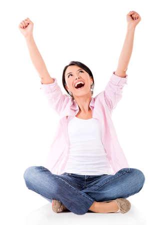 personas celebrando: Mujer feliz con los brazos arriba - aislados en un fondo blanco