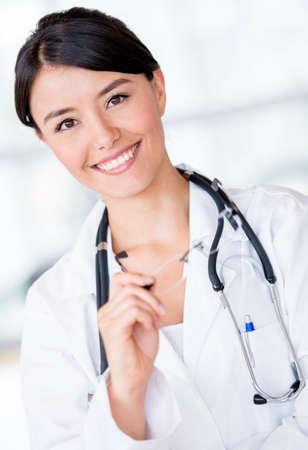 doctora: Feliz m�dico sonriendo y la celebraci�n de gafas en el hospital