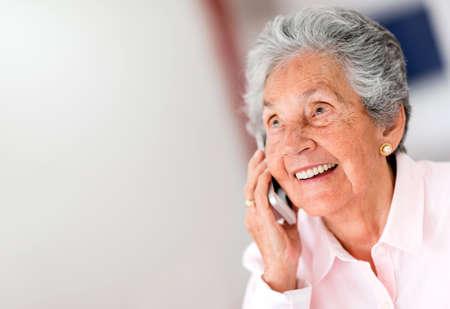 anciano feliz: Retrato de una mujer feliz en el tel�fono