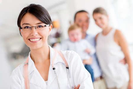 doctor: M�dico de familia amable en el hospital mirando feliz