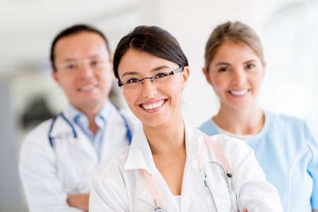 staff medico: Il personale medico presso l'ospedale guardando felice