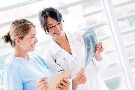 enfermeros: M�dico en el hospital hablando con una enfermera sobre una placa de rayos x