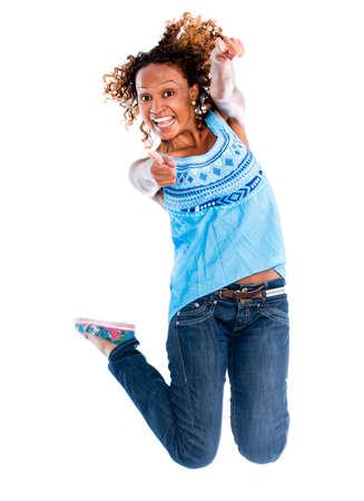 donna entusiasta: Divertimento donna che salta - isolato su uno sfondo bianco