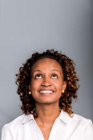 femme regarde en haut: Portrait d'une femme afro-am�ricaine r�fl�chie regardant Banque d'images