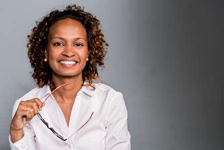 mujeres africanas: Retrato de una mujer de negocios feliz sonriendo