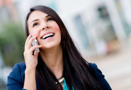 person calling: Mujer de negocios hablando por su tel?fono m?vil Foto de archivo