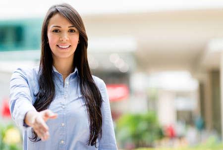 apreton de manos: Mujer de negocios con el brazo extendido para un apret�n de manos