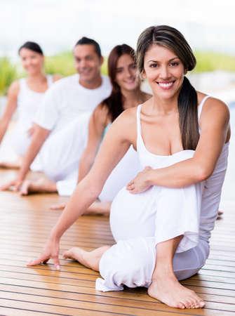 Gruppe von Menschen in einem Yoga-Kurs suchen sehr gl�cklich
