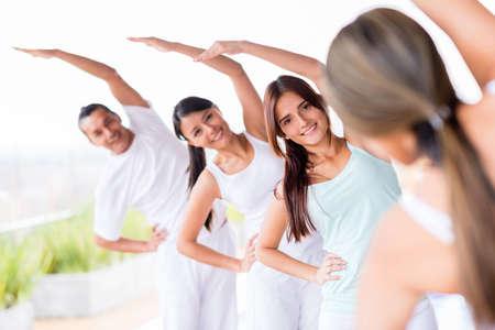 Gruppe von Menschen praktizieren Yoga und Stretching Lizenzfreie Bilder