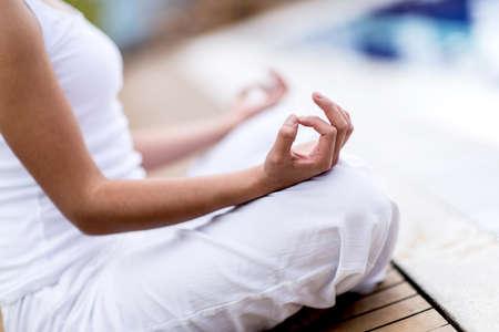 mente humana: Yoga mujer meditando y haciendo un s�mbolo del zen con la mano