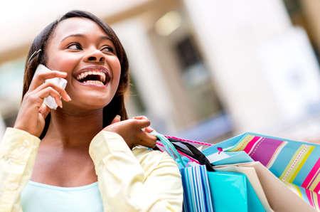 compras compulsivas: Mi mujer hablando por tel�fono en un centro comercial