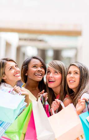 compras compulsivas: Grupo de los mujeres que hacen compras mirando hacia arriba so�ar despierto