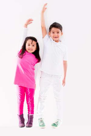 uomo alto: Felici i bambini crescono ad essere alto appoggiato al muro Archivio Fotografico