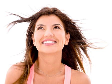 femme regarde en haut: Happy femme regardant vers le haut dans le vent - isol� sur blanc