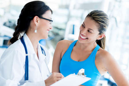 medicamentos: M�dico mujer en el gimnasio con un paciente