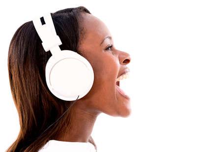 oir: Escuchar m?sica con auriculares Mujer feliz - aislados en blanco Foto de archivo