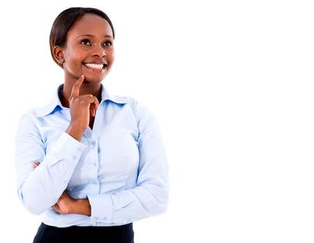 mujeres pensando: Mujer de negocios reflexivo sonriendo - aislados en un fondo blanco