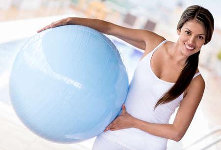 pilates: Fit femme faisant Pilates avec un ballon et l'air heureux Banque d'images