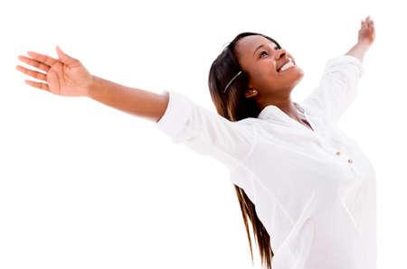 personas celebrando: Mujer feliz con los brazos abiertos - aislados en un fondo blanco