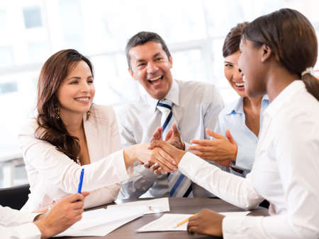 cerrando negocio: Visitas de negocios que termina con un apretón de manos
