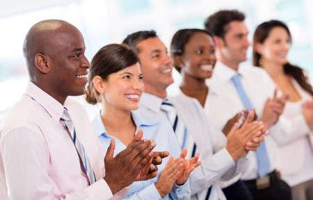 aplaudiendo: Presentaci�n de negocios exitoso y un grupo de personas aplaudiendo