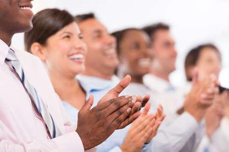clapping: Unidad de negocio feliz que aplauden en la oficina