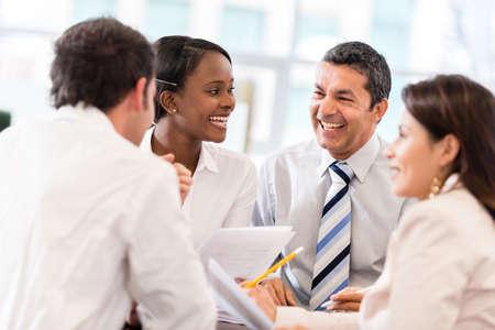 sala de reuniones: Grupo de personas de negocios en una reuni?n en la Oficina Foto de archivo
