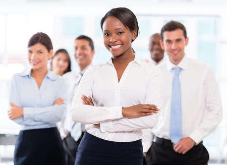 diversidad: Equipo de negocios exitoso en la oficina que parece feliz