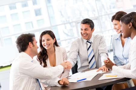 pacto: Apret�n de manos en medio de una reuni�n en la oficina