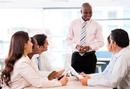 reuniones empresariales: Exitosa presentaci�n del negocio de un hombre en la oficina