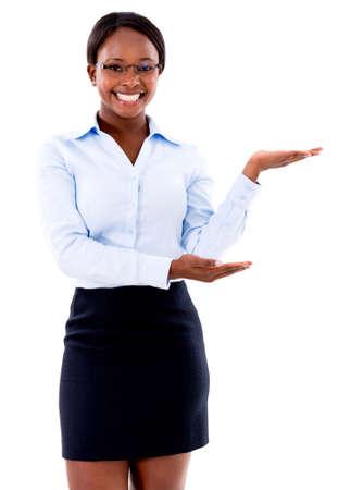 femme africaine: Femme d'affaires affichant quelque chose et souriant - isol� sur fond blanc