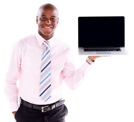 minor�a: Hombre de negocios la celebraci�n de una computadora port�til que muestra la pantalla - aislados en blanco Foto de archivo