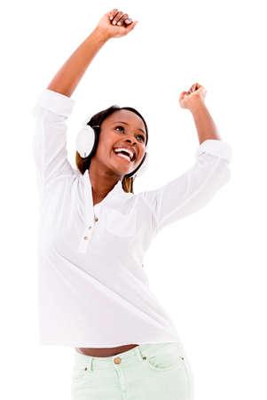 danza africana: Felice donna ballare la musica con le cuffie - isolato su bianco