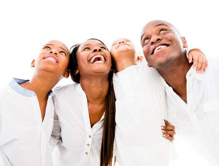 mujer pensando: Familia feliz mirando hacia arriba y sonriendo - aislados en fondo blanco